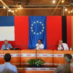 Wolfgang Schäuble im Gespräch mit dem Kabarettisten und Liedermacher Roger Siffer beim Europafest der CDU Offenburg